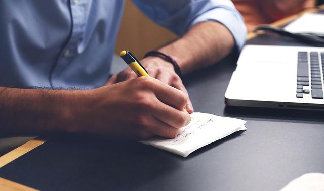 muž při psaní