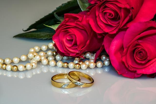 snubní prsteny a růže