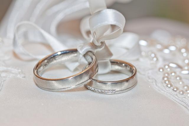 svázané snubní prsteny