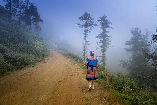 žena na cestě