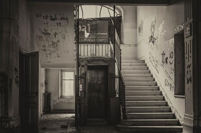 staré schodiště u výtahu v bytě.jpg