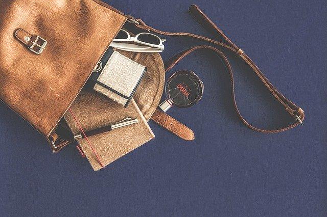vysypaný obsah ženské tašky