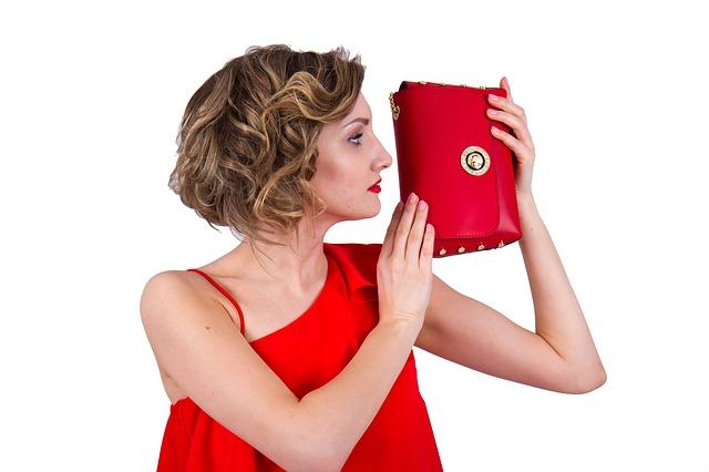 žena drží luxusní etuji
