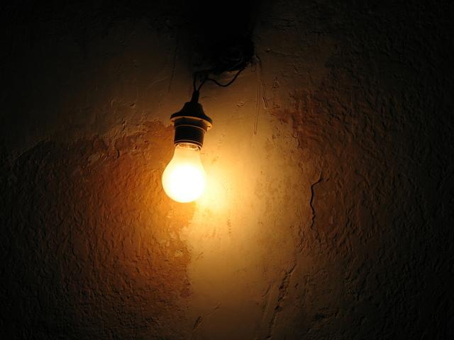 maličké světlo v temnotě domu