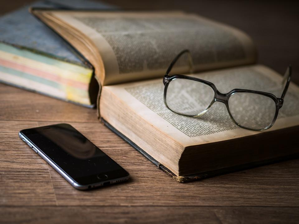 kniha a brýle